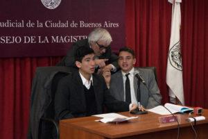 Juez Pablo Casas y alumnos . Foto iJudicial