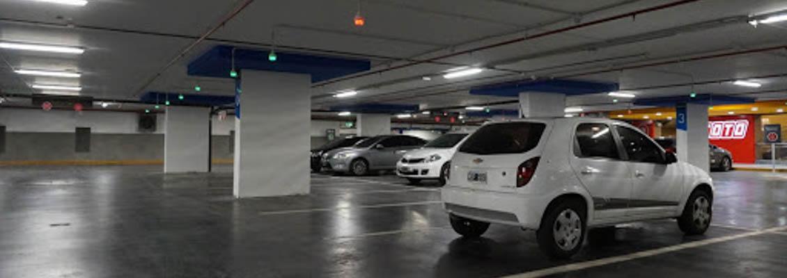 Multa a shopping por hurto en un auto estacionado en su garaje